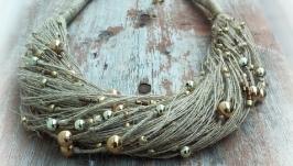 Эко-колье на шею из светлых натуральных льняных нитей и золотистых бусин