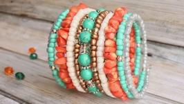 Широкий яркий браслет с натуральным кораллом и бирюзой. Зеленый, оранжевый
