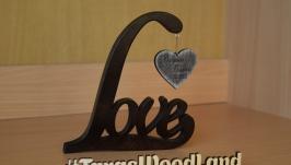 Слово Love з вигравірованими іменами та датою весілля