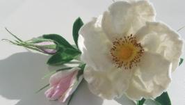 тут изображено Брошь валяная ′Нежный белый шиповник′