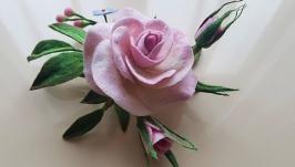 тут изображено Валяная брошь ′Нежная роза′