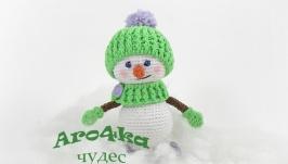 Вязаный снеговичок в шапочке