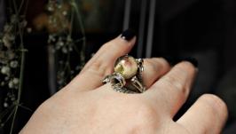 Кольцо с кремовой розой в сфере