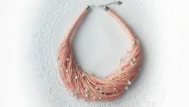Колье из натурального льна персикового цвета с мятными бусинками