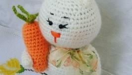 Зайка с морковкой.