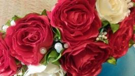Ободок из красно-молочных роз из атласных лент