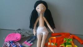 Текстильная кукла ручной работы с большим набором одежды