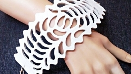 Широкий ажурный кожаный браслет белого цвета.