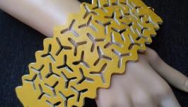 Темно желтый женский широкий ажурный кожаный браслет.