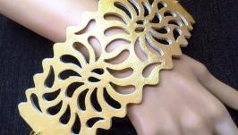 Шикарный женский широкий ажурный кожаный браслет золотого цвета.