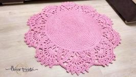 В наличии! Розовый вязаный коврик, диаметр 95 см, практичный, долговечный.