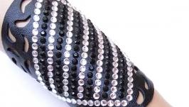 Очень широкий ажурный кожаный черный браслет со стразами.