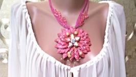 Розовое колье : кожаный цветок с камнями и бисером.