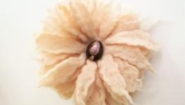 Цветочная брошь из валяной шерсти