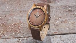 Наручные часы из дерева. Диаметр 43 мм. Коричневый кожаный ремешок