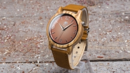 ДЕревянные наручные часы. Массив зебрано. Кожаный ремешок песочного цвета.