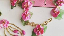 колье с малиновыми цветами