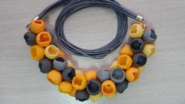 Колье-бутоны в желто-серой гамме