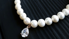 Браслет з натуральних перлів та кристаллом у позолоті