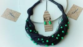 Комплект украшений из натурального льна и ярких бусин: колье и серьги.