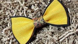 тут изображено Яркий льняной галстук-бабочка
