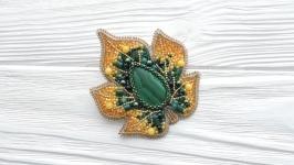 ПРОДАНА Вышитая брошь с малахитом кленовый лист желто-зелная