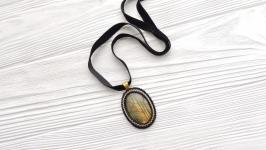 Вышитый бисером кулон с лабрадоритом на бархатной ленте черно-золотой