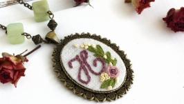 Именной розовый кулон с буквой и цветами Оникс, розы, лен