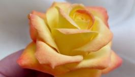 Брошка з жовтою трояндою