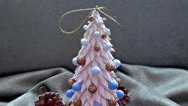 Біла новорічна  ялинка з кульками