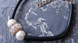 Браслет каучук з натуральними перлами,позолоченою інкрустованою намистиною