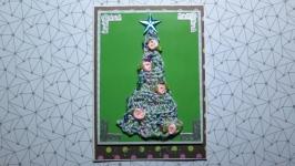 Новогодняя открытка с вязаной елочкой