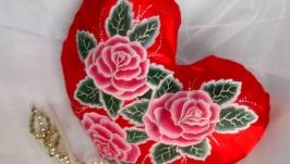 Подушечка сердечко,красного цвета с ручной росписью,с цветами