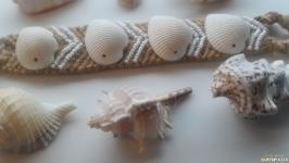 Плетеный браслет с морскими ракушками и белым бисером