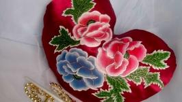 Подушечка сердечко бордовое с ручной росписью цветочного орнамента