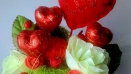 композицiя з цукерками та квiтами на 8 березня