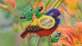 Брошь -птица, вышитая бисером и канителью ′Разноцветная птичка′