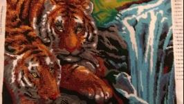 Тигри біля водоспаду