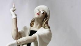 Фарфоровая статуэтка: ′ Дама с сигаретой ′
