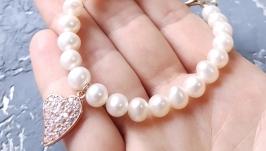 Браслет з натуральних перлів з позолоченою підвіскою подарунок 8 березня