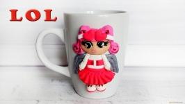 Кукла LOL из полимерной глины на кружке