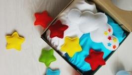 (Разные цвета) Подарочный набор: мобиль и наматрасники для кроватки