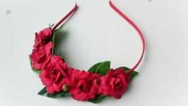 Венок на голову с красными розами.