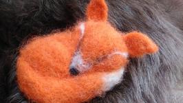 Брошь из войлока ′Спящая лисица′