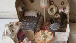 Кукольный домик в чемоданчике с куклой