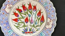 Сувенирная декоративная тарелка, расписанная вручную и покрытая глазурью