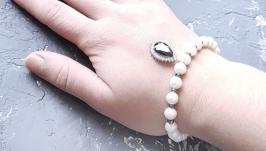 Браслет з натуральних перлів з підвіскою, інкрустованою цирконами