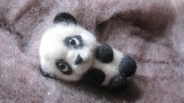 Игрушка-брошь  валяная из шерсти ′Панда малыш′