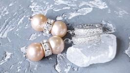 Сережки з натуральними персиковими круглими перлами і кристалами