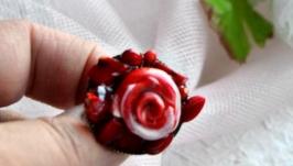 Красная брошь из коралла и полимерной глины
